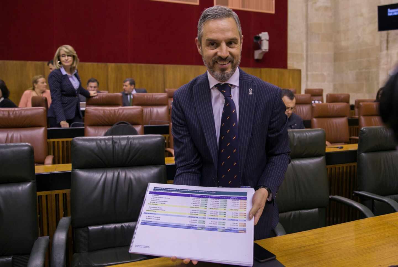 El consejero de Hacienda de la Junta de Andalucía, Juan Bravo, muestra el presupuesto para 2020 en el Parlamento autonómico.