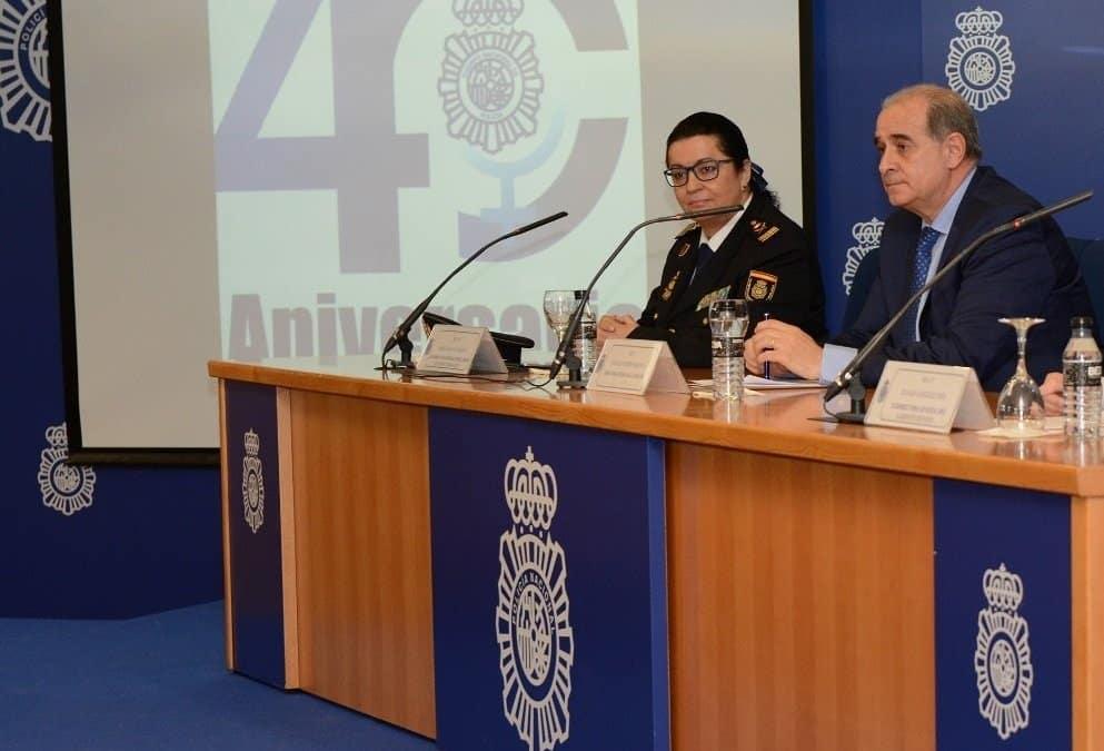La comisaría principal Pilar Allué, presidenta de uno de los tribunales, y el director general de la Policía, Francisco Pardo Piqueras.