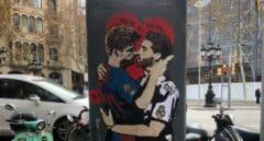El 'circo' del Clásico: pintan a Ramos y Piqué besándose para pedir diálogo