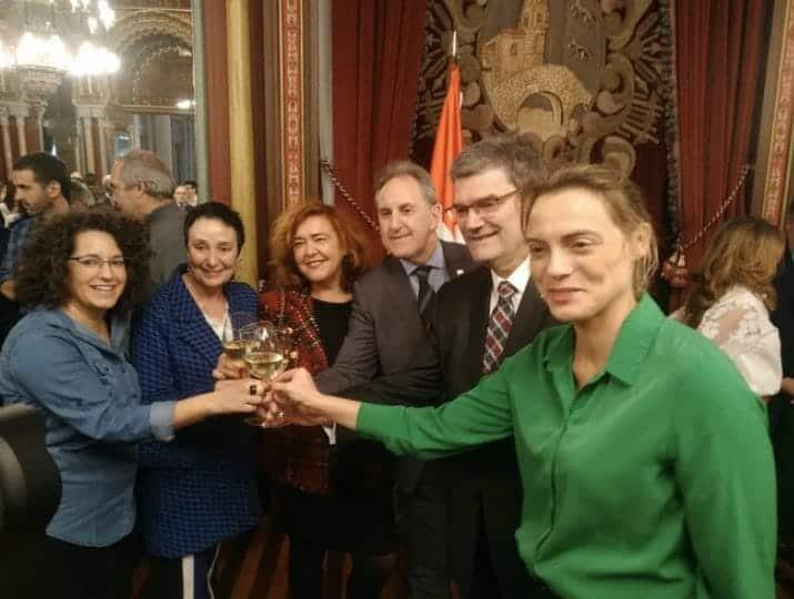 González, de verde, brinda durante el acto con motivo de la Navidad celebrado en el Ayuntamiento de Bilbao.