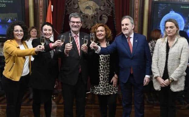 Raquel González, a la derecha de la imagen, sin copa ni sonrisa.