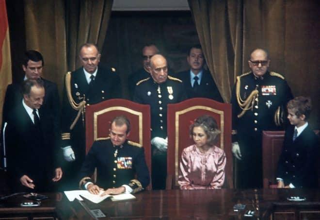 El Rey Juan Carlos firma la Constitución en 1978 en presencia de la reina Sofía y el entonces Príncipe Felipe