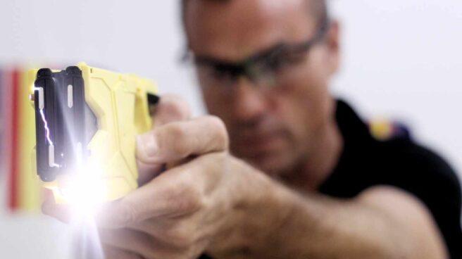 Un policía instructor, haciendo una demostración del funcionamiento de la pistola eléctrica.