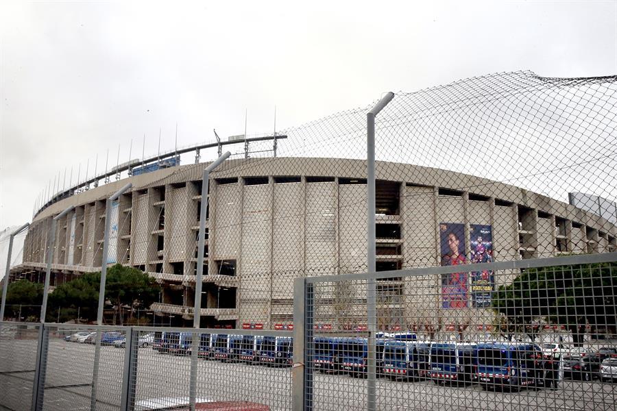 Furgones de los Mossos, preparados ante el estadio del Barcelona para el partido de este miércoles.