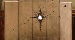 Banksy presenta su belén particular con un agujero de bala