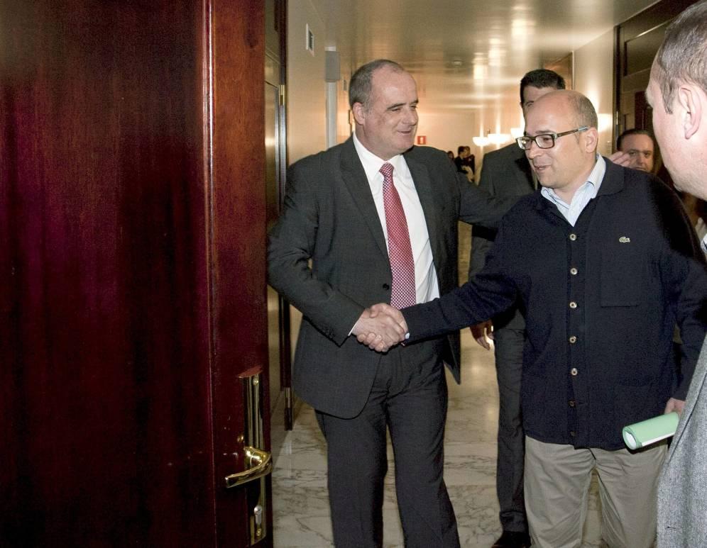 Joseba Egibar arropa a Alfredo de Miguel, condenado por cobro ilegal de comisiones, a su llegada al Parlamento Vasco.