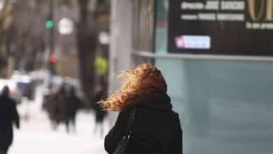 Las temperaturas suben hoy y 15 provincias continúan en riesgo por viento y olas