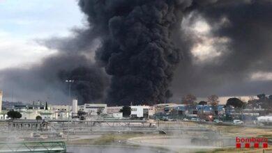 Activan el plan de emergencias químicas por un gran incendio en una planta de reciclaje