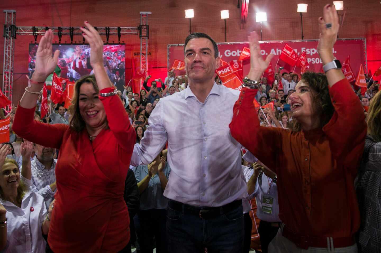 Pedro Sánchez, flanqueado por Susana Díaz y María Jesús Montero en un acto de la última campaña electoral.