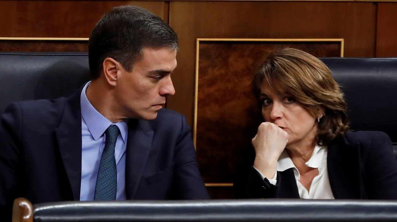 Pedro Sánchez, junto a la ministra de Justicia en funciones, Dolores Delgado, en el Congreso de los Diputados.