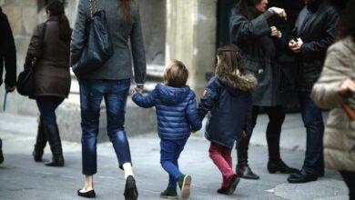 """RTVE pide perdón por decir en un informativo que la baja paternal es para ayudar a la madre: """"Fue un error"""""""