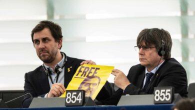 Un ujier del Parlamento Europeo corta el 'show' de Puigdemont y Comín desde su escaño