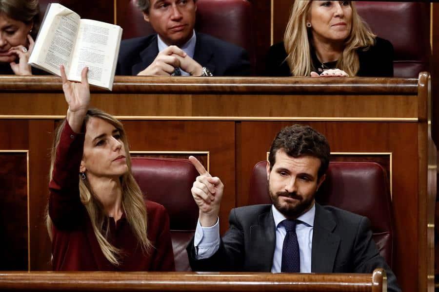 El presidente del PP, Pablo Casado, junto a su portavoz, Cayetana Álvarez de Toledo, este domingo en el Congreso de los Diputados