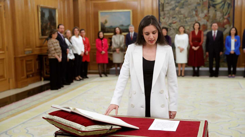La nueva ministra de Igualdad, Irene Montero jura su cargo.