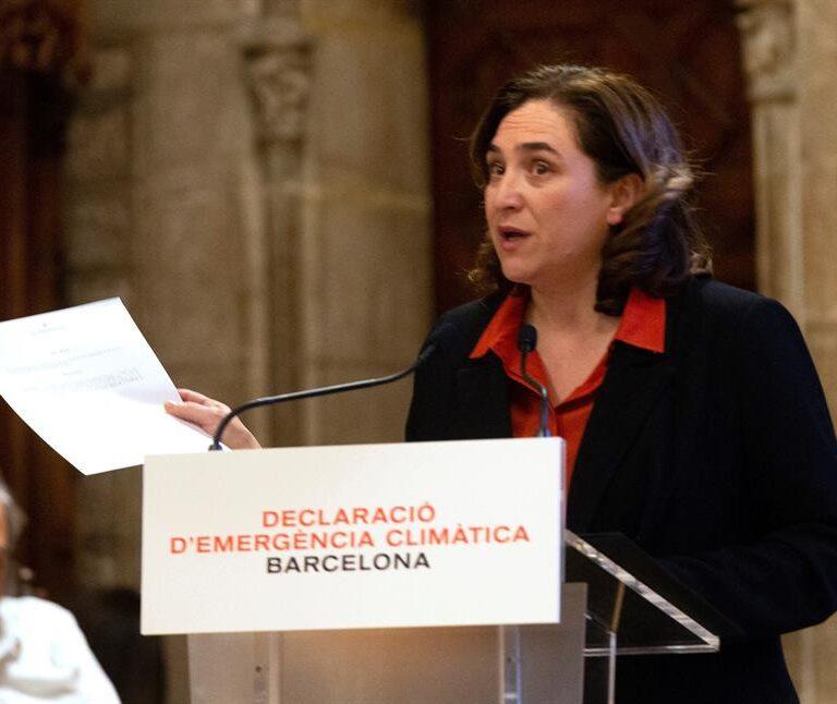 Colau y Aragonés cierran un pacto cruzado para aprobar las cuentas del Ayuntamiento y la Generalitat