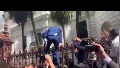 Vídeo de Juan Guaidó saltando la verja para acceder a la Asamblea Nacional