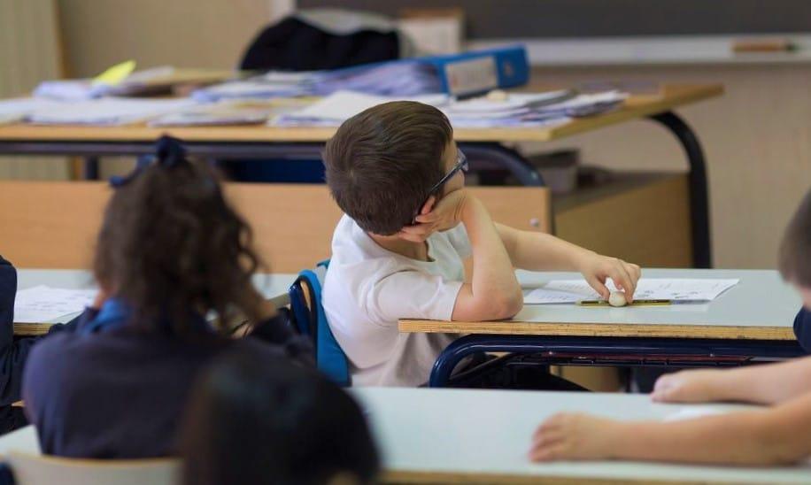 Sevilla cierra varias clases de un colegio tras el positivo de un profesor