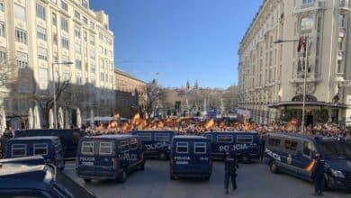 """La manifestación apoyada por PP y Cs contra Sánchez rodea el Congreso:  """"No se negocia con terroristas"""""""