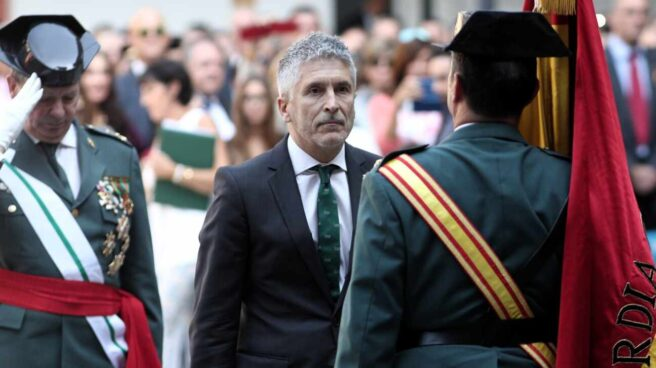 El ministro del Interior, Fernando Grande-Marlaska, ante la enseña nacional en un acto de la Guardia Civil.