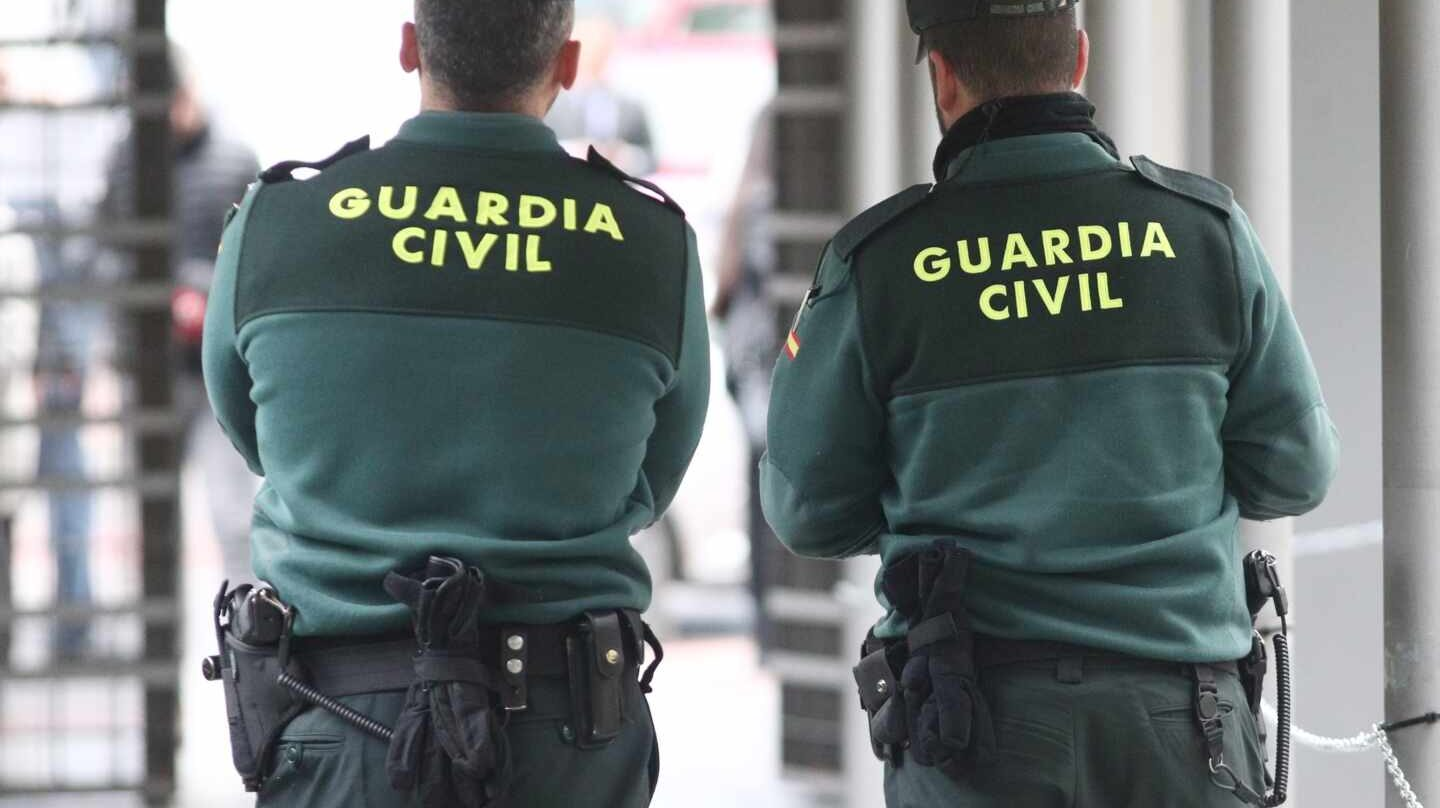 Una pareja de agentes de la Guardia Civil, en pleno servicio.
