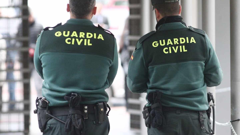 Una pareja de agentes de la Guardia Civil, en pleno servicio.