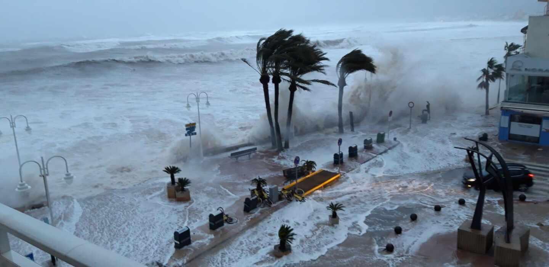 Las olas han inundado el paseo marítimo del puerto de Jávea