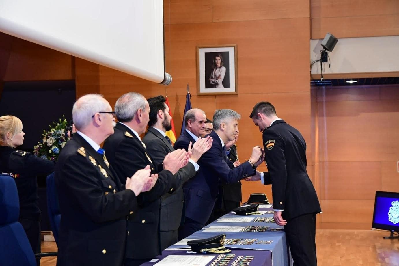 El ministro Grande-Marlaska condecora a los policías que participaron en los disturbios de Barcelona