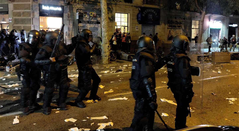 Antidisturbios de la Policía Nacional, durante los altercados registrados en Barcelona el pasado mes de octubre.