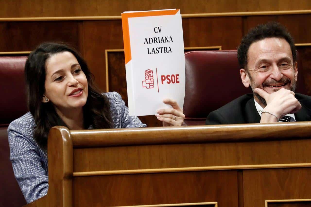 Inés Arrimadas con el cartel alusivo a Adriana Lastra en el debate de investidura