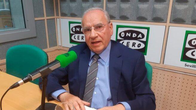 El exvicepresidente del Gobierno Alfonso Guerra en los estudios de Onda Cero Sevilla.