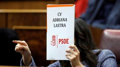 Arrimadas responde a los ataques de Lastra mostrando su currículum 'en blanco' y con el logo del PSOE