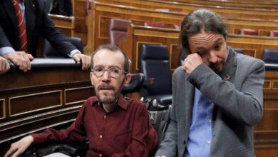 Iglesias rompe a llorar al abrazarse con Echenique tras la investidura de Sánchez