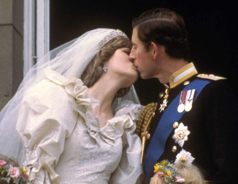 El príncipe Carlos y Diana de Gales se besan ante el pueblo británico