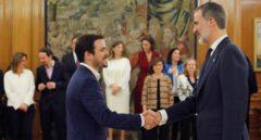 """Garzón acusa al rey Felipe VI de """"maniobrar contra el Gobierno"""" e Iglesias le exige """"neutralidad política"""""""