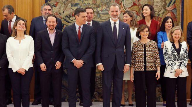 El Rey junto a Pedro Sánchez y al resto de integrantes del Gobierno, este lunes.