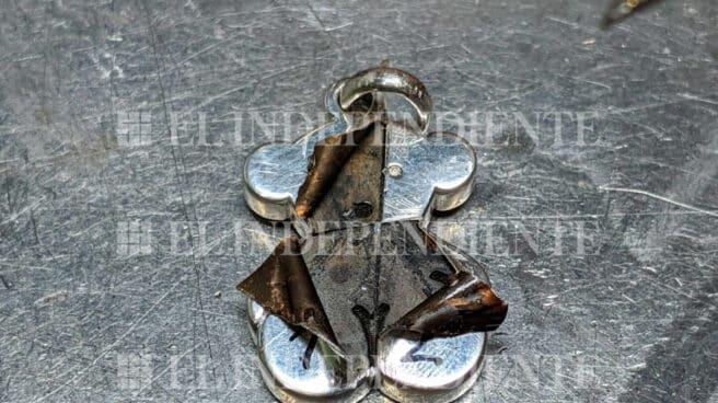 Pieza del conocido 'oso' de Tous en la que se aprecia el relleno no metálico que alberga en su interior.