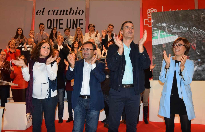 María Gámez (a la derecha), junto a Pedro Sánchez en un acto del PSOE en Málaga.