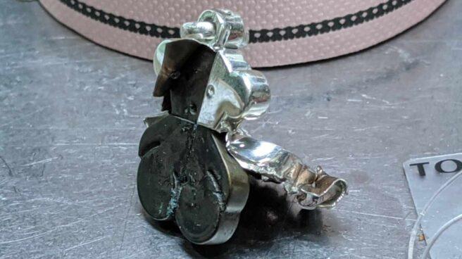 Un colgante de Tous con forma de oso, desmontado para conocer su composición interior.