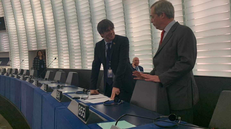 Puigdemont compadrea en el Parlamento Europeo con Nigel Farage, el impulsor del Brexit