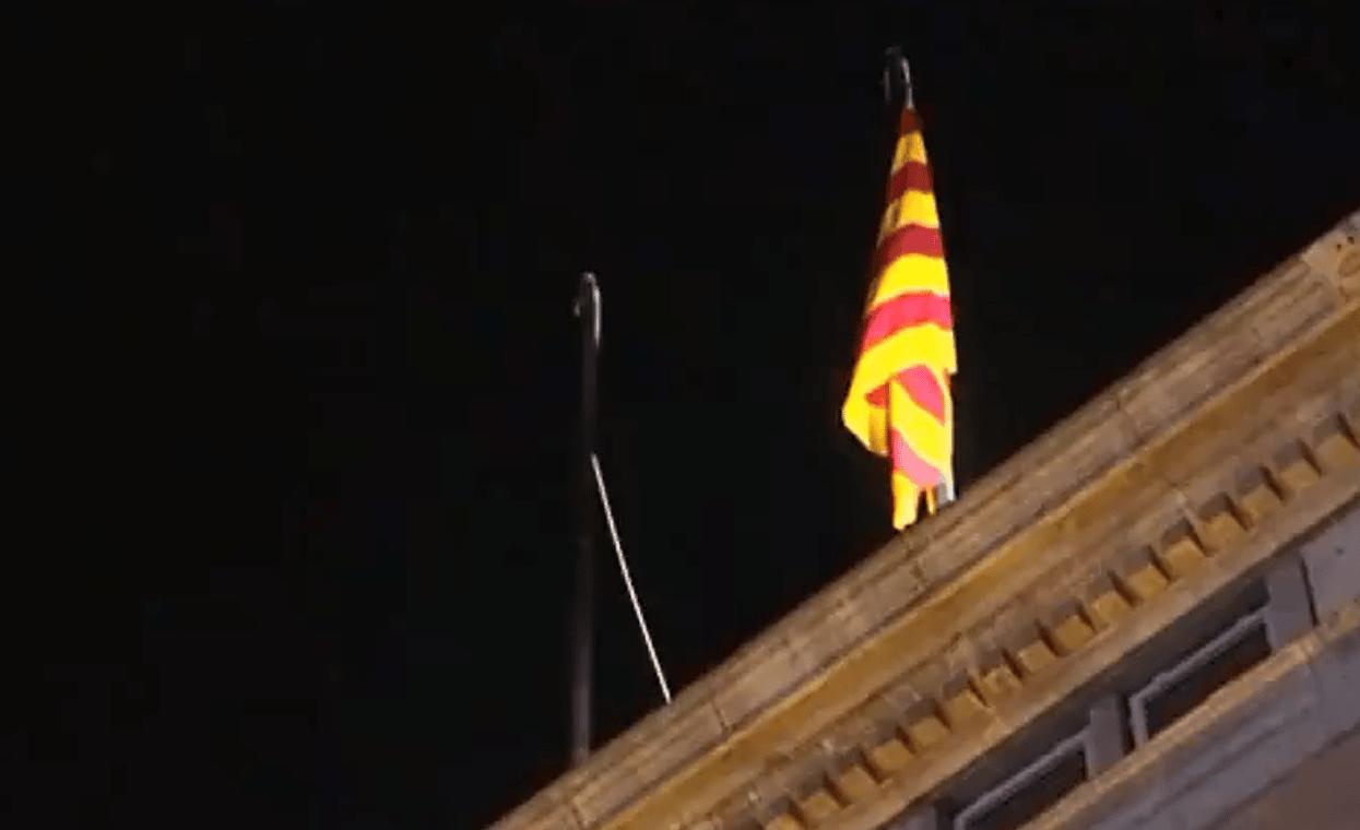 La bandera de España desaparece durante unos minutos del Palau de la Generalitat
