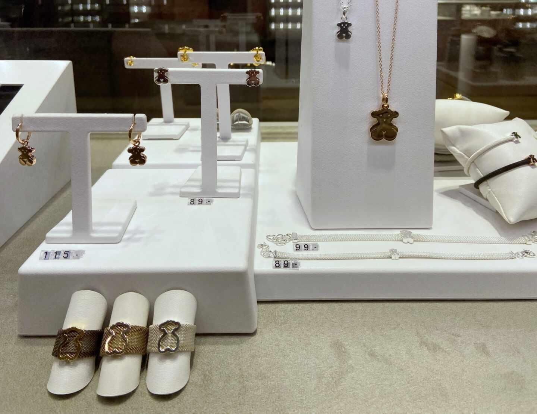 Piezas de joyería en el escaparate de una tienda de Tous.