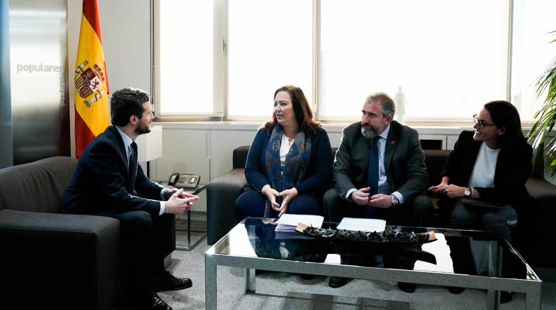 Pablo Casado durante su encuentro hoy con la delegación de la AVT.