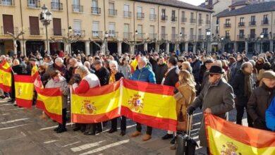 Poca afluencia y cruce de insultos en las manifestaciones de Vox contra Sánchez