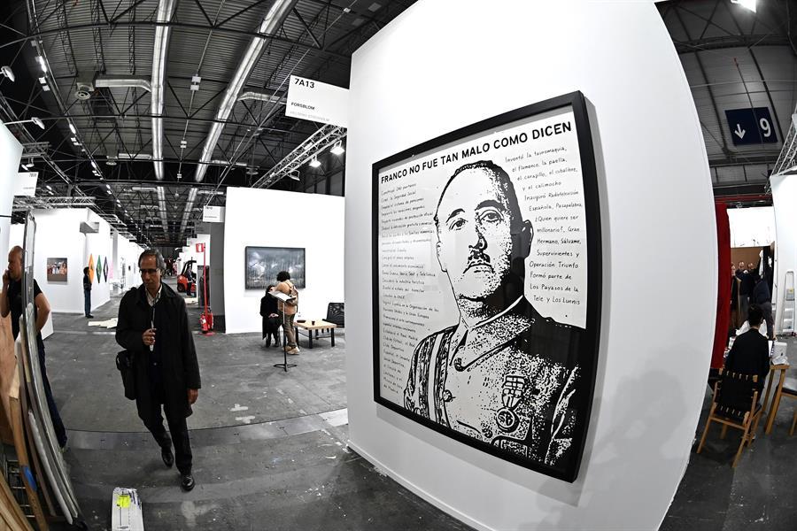 """Una obra de arte expuesta en la galería Forsblom en la que se lee """"Franco no fue tan malo"""""""