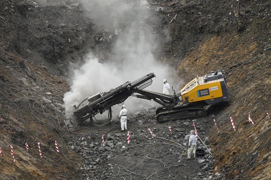 Trabajos en la planta de Zaldibar accidentada el pasado 6 de febrero y que sepultó a dos trabajadores.