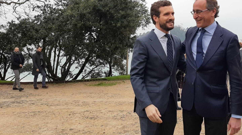 El presidente del PP, Pablo Casado, junto al líder del PP vasco, Alfonso Alonso, durante su último encuentro en San Sebastián.