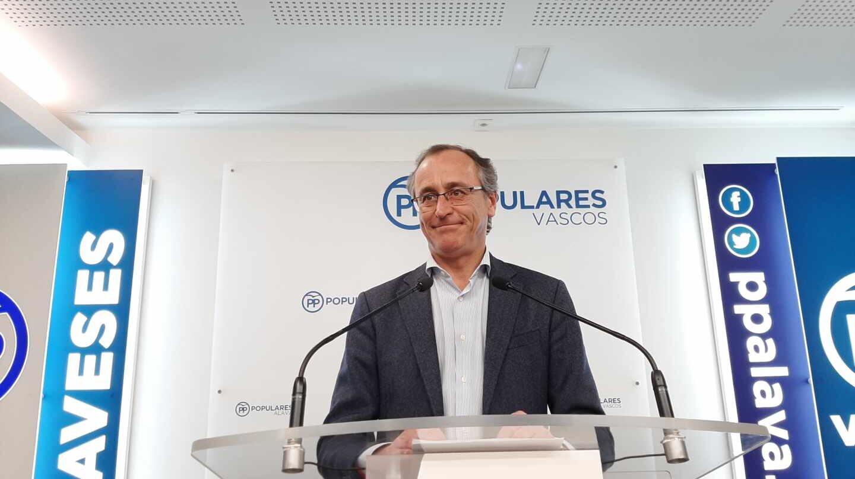 El expresidente del PP, Alfonso Alonso, durante su comparecencia ante los medios.