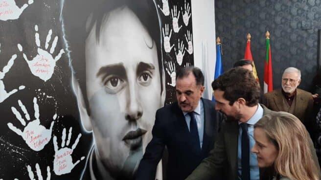 Iturgaiz, Casado y Fernández observan el panel en recuerdo de Miguel Angel Blanco en la sede del PP en Ermua.