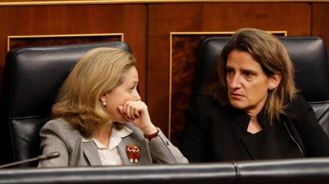 La ministra de Economía, Nadia Calviño, junto a la titular de Transición Ecológica, Teresa Ribera.
