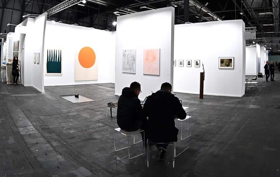 Un operario prepara la instalación de una de las obras expuestas por la galeria italiana Pazo